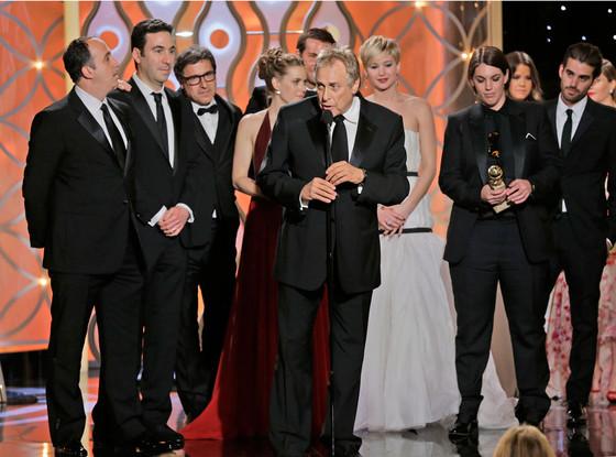 Equipe e elenco de Trapaça recebe o Globo de Ouro de Melhor Filme - Comédia ou Musical. A produtora Megan Ellison segura a estatueta (photo by Paul Drinkwater/NBC)