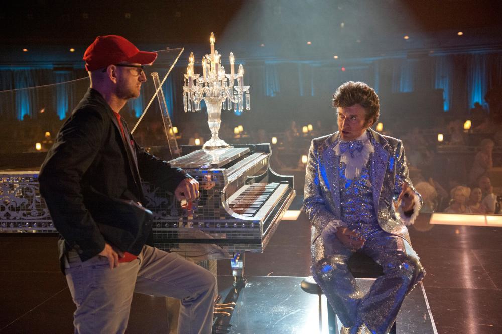 Steven Soderbergh dirige Michael Douglas em cena de Minha Vida com Liberace (photo by cineplex.com)