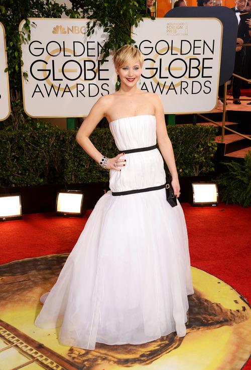 Adoro Jennifer Lawrence, mas esse Dior tá meio estranho. Na internet, alguns compararam ao...