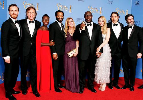 Equipe e elenco de 12 Anos de Escravidão. Ao centro, o diretor Steve McQueen segura o Globo de Ouro.