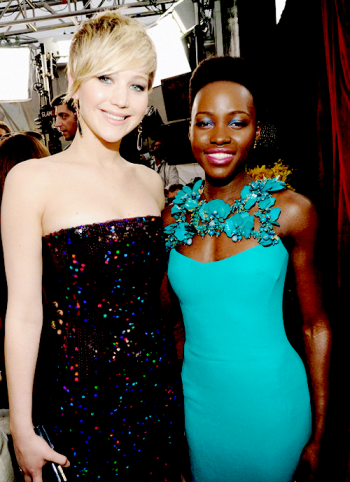 Jennifer Lawrence e Lupita Nyong'o reforçam o fair play da categoria coadjuvante (photo by jenniferlawrencedailly.tumblr.com)