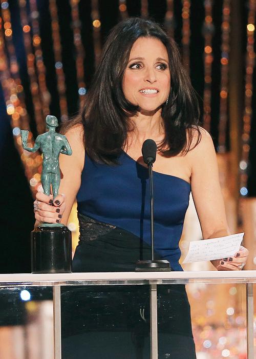 """Num discurso que beira o """"já sabia"""", Julia Louis-Dreyfus descontrai ao errar o discurso duas vezes, agradecendo o Globo de Ouro e o Oscar (photo by wool-grill.tumblr.com)"""