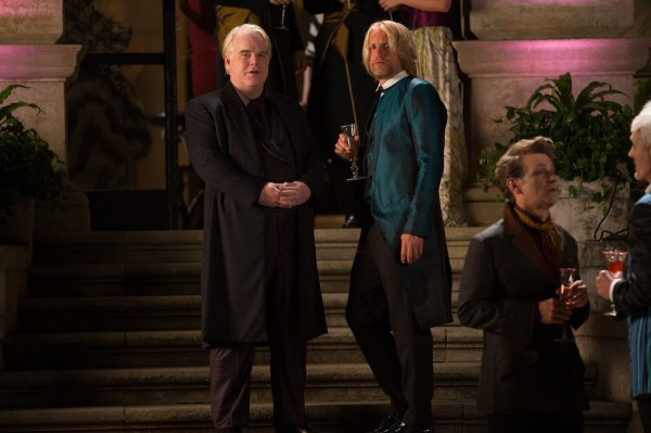 À esquerda, Philip Seymour Hoffman como Plutarch ao lado de Woody Harrelson (photo by Lionsgate)