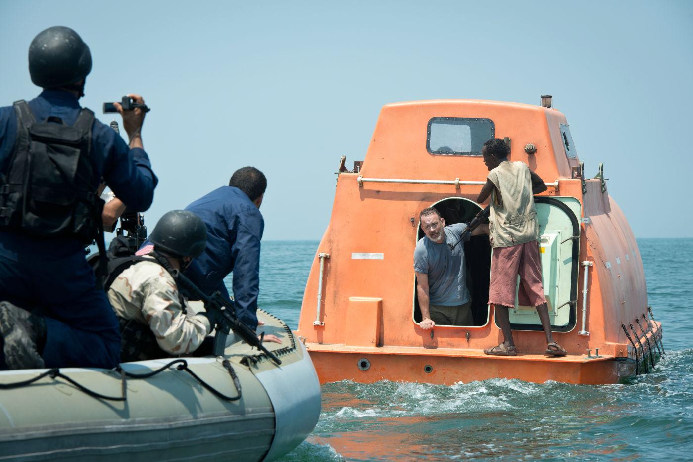 Tom Hanks e Barkhad Abdi no bote claustrofóbico de Capitão Phillips (photo by outnow.ch)