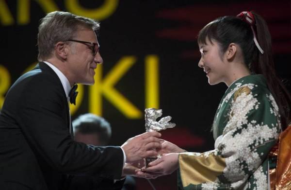 A japonesa Haru Kuroki recebe o Urso de Prata de Melhor Atriz das mãos do vencedor do Oscar Christoph Waltz (photo by japantimes.co.jp)