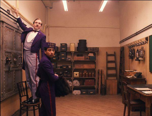 À esquerda, Ralph Fiennes como o concierge Gustave com o seu leal lobby boy Zero, interpretado por Tony Revolori (photo by outnow.ch)