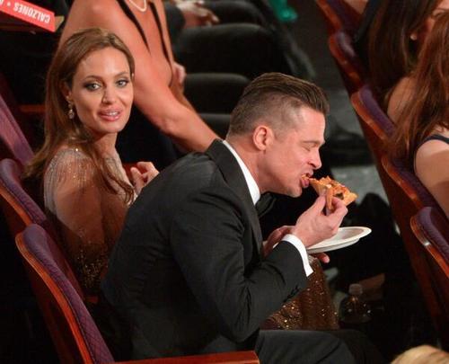 Você nunca imaginou que fosse ver Brad Pitt comendo pizza no Oscar, né?