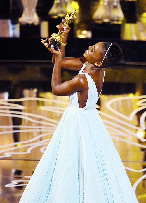Bela imagem de Lupita Nyong'o ostentando seu Oscar de estreante (fonte: kate-mara)