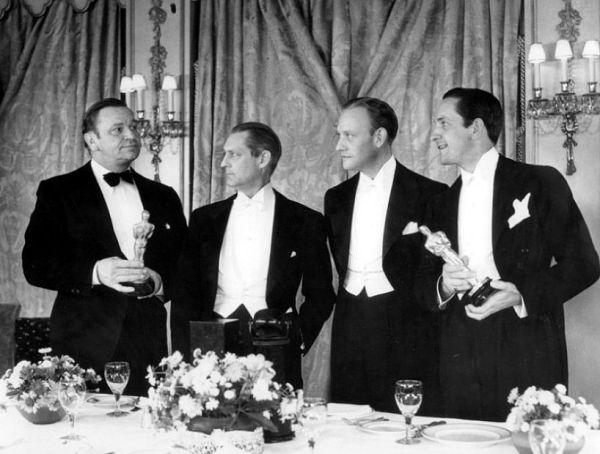 Wallace Beery (à esquerda) e Fredric March (à direita) formam o primeiro empate da Academia. Entre eles: os atores Lionel Barrymore e Conrad Nagel (photo by acertaincinema.com)