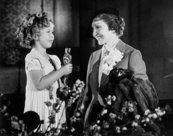 Shirley Temple entrega o Oscar para a francesa Claudette Colbert (photo by telegraph.co.uk)