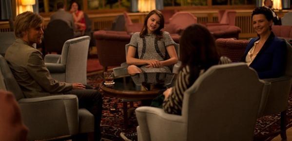 Da esquerda pra direita: Brady Corbet, Chloe Grace Moretz e Juliette Binoche em cena de Clouds of Sil Maria (photo by cine.gr)