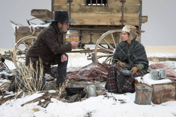 Tommy Lee Jones e Hilary Swank em cena de The Homesman (photo by cine.gr)