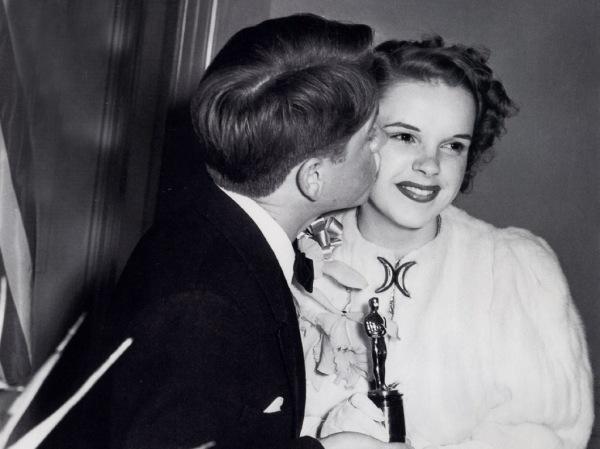 A jovem e bela Judy Garland recebe mini Oscar e beijo de seu companheiro de tela Mickey Rooney (photo by classicosnaoantigos.blogspot.com)