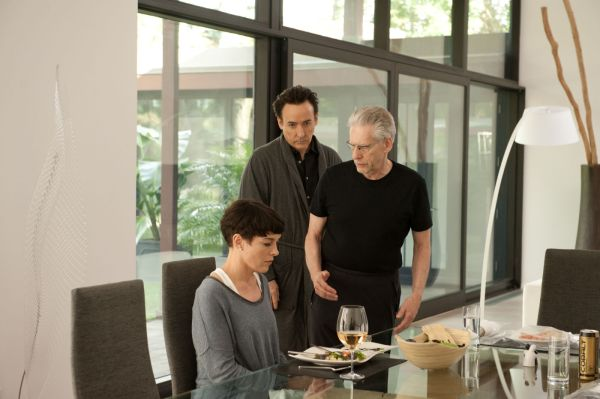 À direita, David Cronenberg dirige Olivia Williams no set de Map to the Stars. Ao lado dele, o ator John Cusack. (photo by outnow.ch)