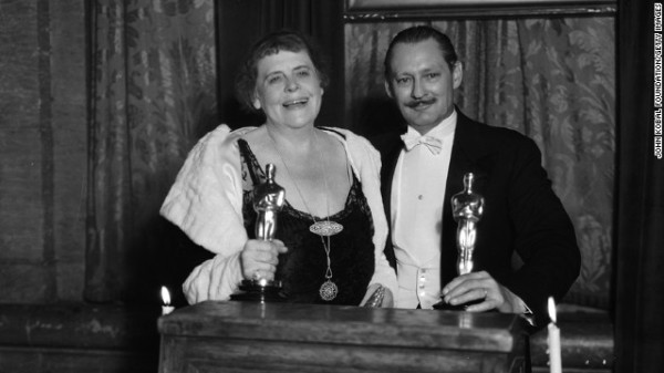 Vencedores Marie Dressler e Lionel Barrymore posam para as fotos (photo by albayark.net)
