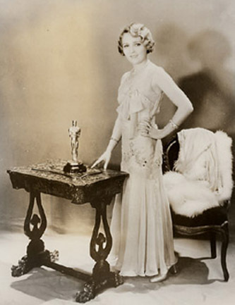 Vencedora por Coquete, Mary Pickford posa elegantemente (photo by goldderby.latimes.com)