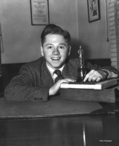 Mickey Rooney e seu Juvenile Award (photo by lunaticoutpost.com)