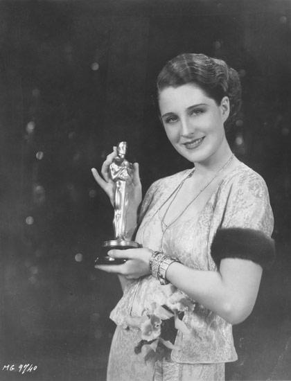 Vencedora por , Norma Shearer posa com seu Oscar (photo by oscars.org)