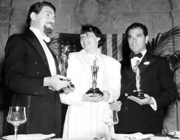 Da esquerda para direita: Melhor Ator Paul Muni, Melhor Atriz Luise Rainer e Melhor Diretor Frank Capra (photo by acertaincinema.com)
