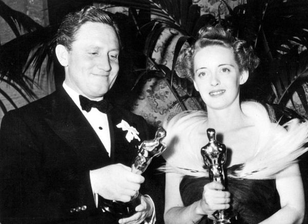 Spencer Tracy e Bette Davis venceram por Com os Braços Abertos e Jezebel, respectivamente (photo by acertaincinema.com)