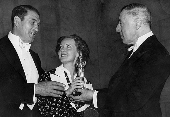Os vencedores da noite, Victor McLaglen e Bette Davis, recebem a estatueta do diretor que revolucionou o cinema, D.W. Griffith (photo by timelines.latimes.com)