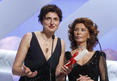 Alice Rohrwacher recebe o Grande Prêmio do Júri das mãos da atriz Sophia Loren (photo by www.kpmrtv.com)