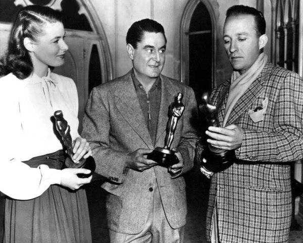Da esquerda pra direita: Ingrid Bergman, o diretor Leo McCarey e Bing Crosby posam para fotos (photo by acertaincinema.com)
