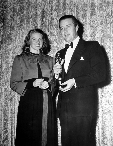 Ray Milland posa com seu Oscar ao lado da bela Ingrid Bergman (photo by acertaincinema.com)