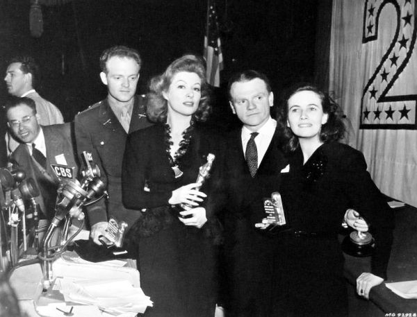 Num flash de momento, os vencedores do ano da esquerda pra direita: Van Heflin, Greer Garson, James Cagney e Teresa Wright (photo by acertaincinema.com)