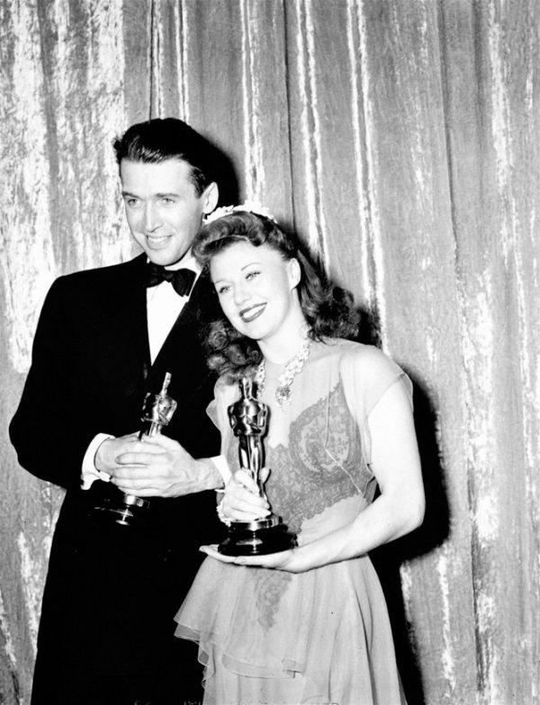 James Stewart e Ginger Rogers posam para foto após vitória (photo by photos.syracuse.com)