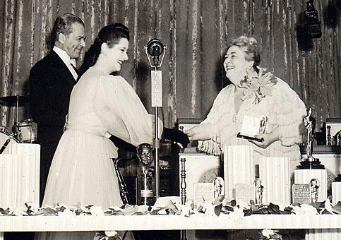 A atriz Lynn Fontanne entrega o prêmio a Jane Darwell (photo by http://blogs.indiewire.com/leonardmaltin/oscarson-the-radio)