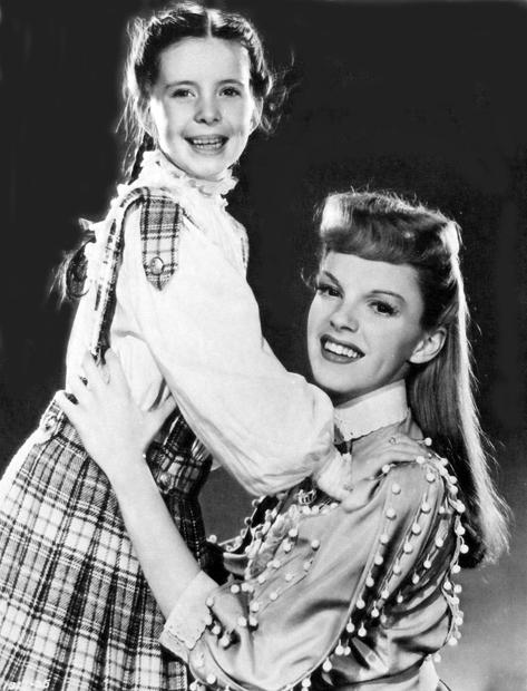 Vencedora do Juvenile Award, Margaret O'Brien é abraçada por sua colega de filme (Agora Seremos Felizes) Judy Garland (photo by acertaincinema.com)