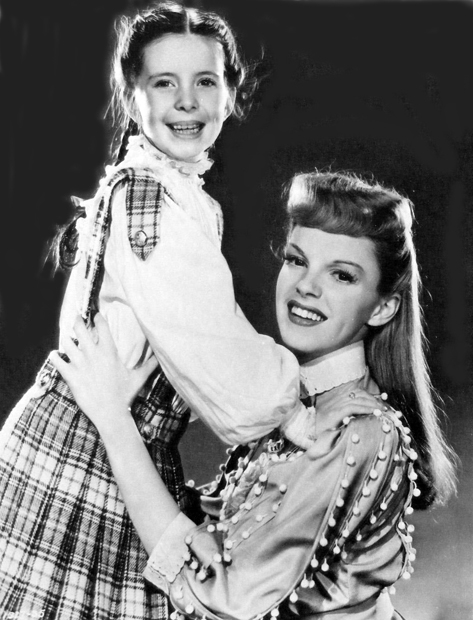 Vencedora do Juvenile Award, Margaret O'Brien é abraçada por sua colega de filme (Agora Seremos Felizes) Judy Garland (photo by acertaincinema.com)