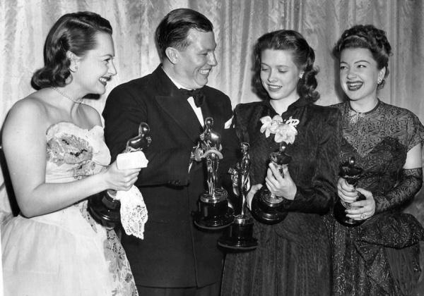Vencedores do Oscar 1947 (da esq. pra dir.): Olivia de Havilland photo by acertaincinema.com)