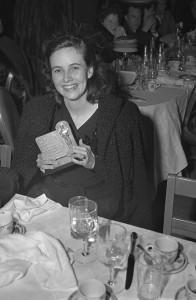 A bela Teresa Wright com seu prêmio por Rosa de Esperança (photo by www.oscars.org)