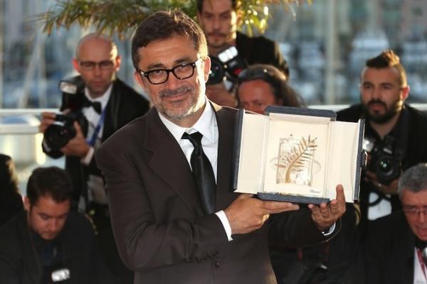O diretor Nuri Bilge Ceylan posa com sua Palma de Ouro (photo by www.thewire.com)