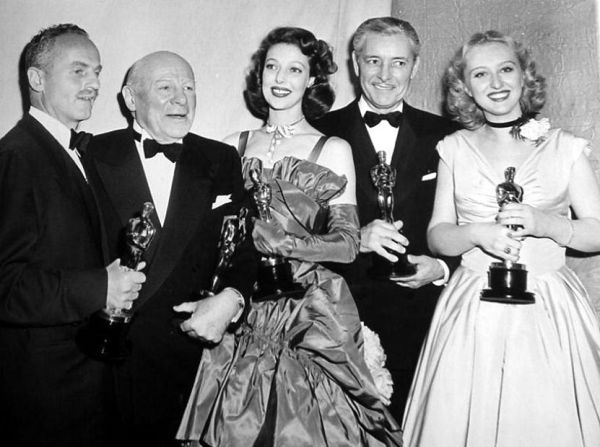 Os grandes vencedores da noite (da esq pra dir): Darryl F. Zanuck (produtor), Emund Gwenn (Ator Coadjuvante), Loretta Young (Atriz), Ronald Colman (Ator) e Celeste Holm (Atriz Coadjuvante). photo by acertaincinema.com)