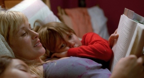 Patricia Arquette com o pequeno Ellar Coltrane em cena de Boyhood: Da Infância à Juventude