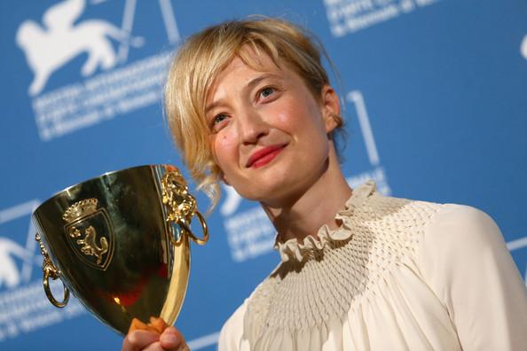 A atriz italiana Alba Rohrwacher com seu Volpi Cup de Melhor Atriz por Hungry Hearts (photo by http://pipocamoderna.virgula.uol.com.br)