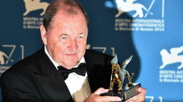 O diretor sueco Roy Andersson posa com seu Leão de Ouro (photo by bbc.com)