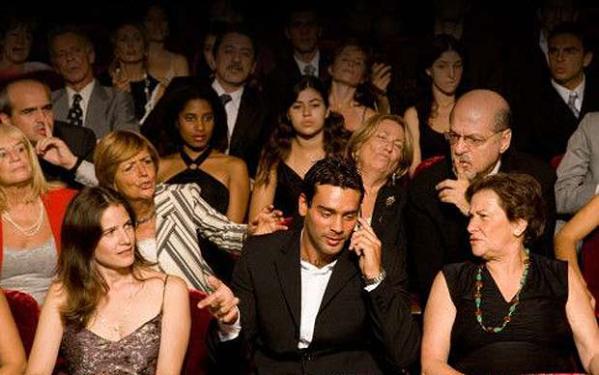 Celular, conversa, batidas constantes na poltrona definitivamente não combinam com uma sessão de cinema (photo by pt.wikinoticia.com)