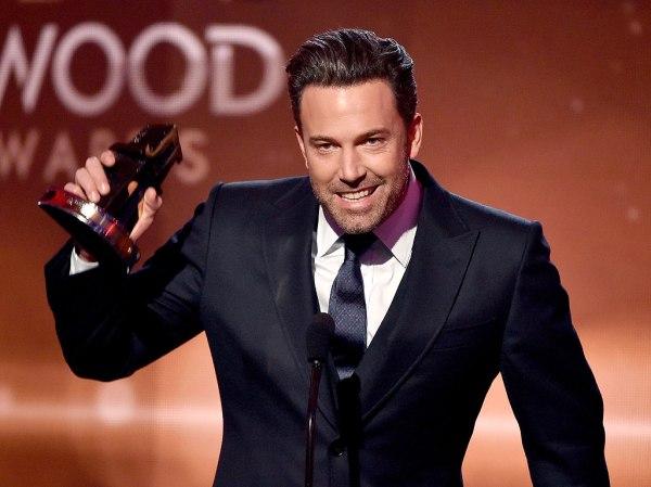 Ben Affleck recebe o prêmio de Melhor Filme por Garota Exemplar na ausência do diretor David Fincher (photo by people.com)