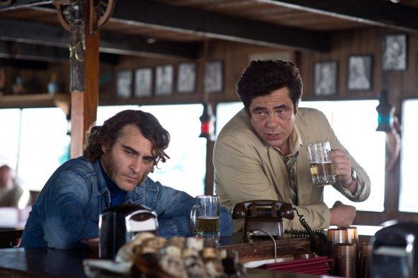 Fora de competição por ultrapassar os 20 milhões de dólares, Vício Inerete foi lembrado pelo prêmio Robert Altman, que reconhece a força de seu elenco, aqui representado por Joaquin Phoenix e Benicio Del Toro (photo by outnow.ch)