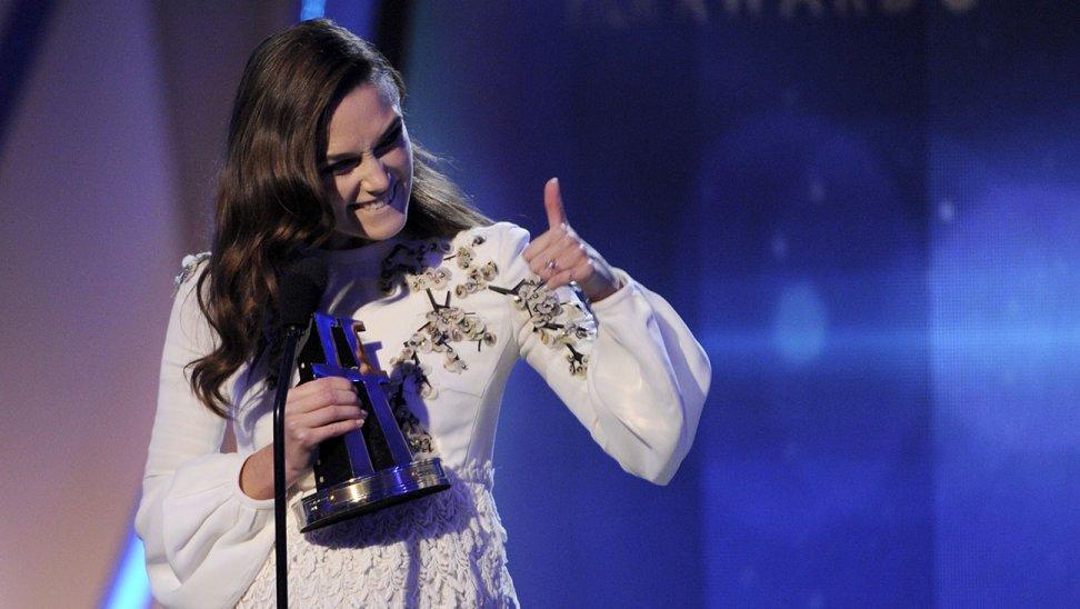 Keira Knightley com seu prêmio por The Imitation Game (photo by hollywoodreporter.com)