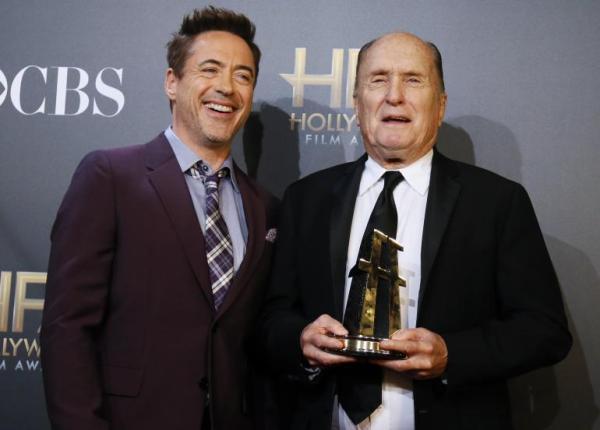 Os Roberts: Downey Jr. entrega o prêmio de Coadjuvante para o veterano Duvall por O Juiz (photo by ibtimes.com)