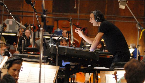Alexandre Desplat tem 5 trilhas elegíveis este ano. O homem mais compõe do que dorme (photo by nytimes.com)