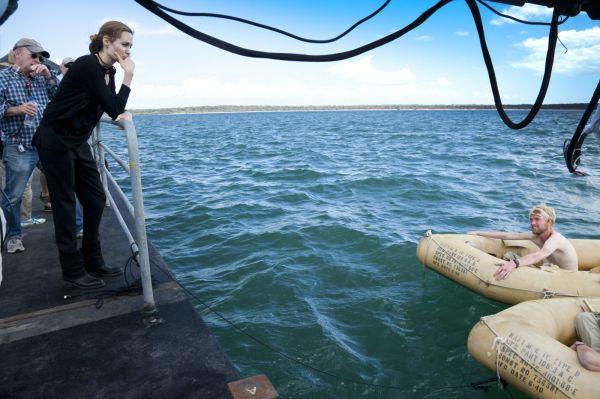 Angelina Jolie observa cena de Invencível (photo by outnow.ch)