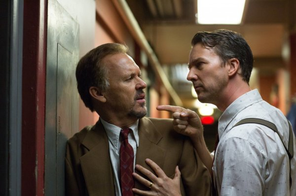 Michael Keaton e Edward Norton em cena de Birdman (photo by outnow.ch)