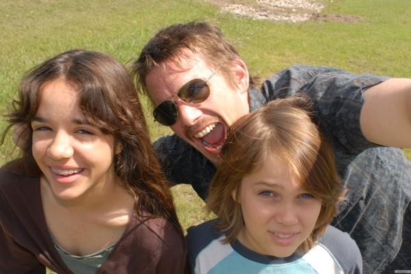 Da esquerda para a direita: Lorelei Linklater, Ethan Hawke e Ellar Coltrane em Boyhood: Da Infância à Juventude (photo by elfilm.com)