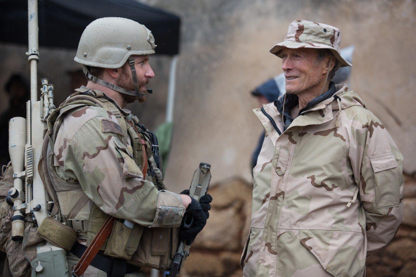À esquerda, Bradley Cooper conversa com o diretor Clint Eastwood em set de Sniper Americano (photo by outnow.ch)